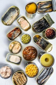 Различные алюминиевые и жестяные банки с ингредиентами