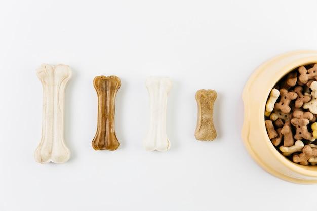 Различные корма для животных на белой поверхности