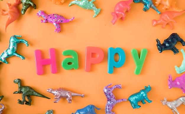 행복 한 단어와 함께 다양 한 동물 장난감 인물 배경