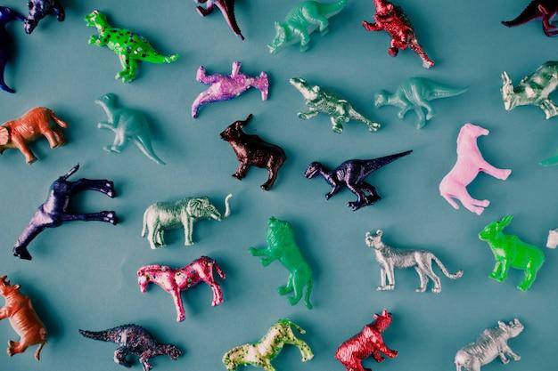 파란색 표면에 다양한 동물 장난감 인물
