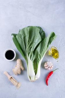 様々なアジアの食材。白菜。玉子醤油、唐辛子、生姜、にんにく、オリーブオイル、ごまコピースペース。上面図