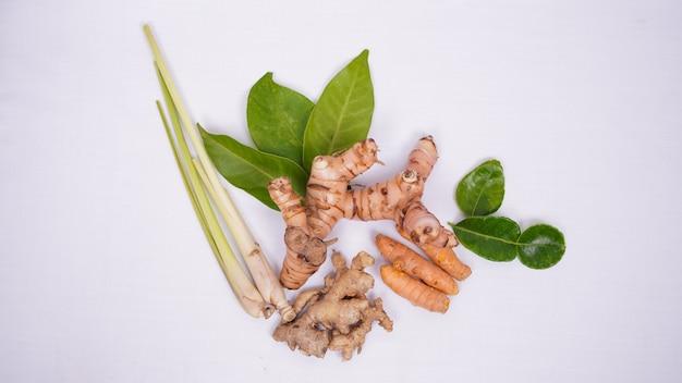 흰색 배경에 고립 된 다양 한 아시아 향신료
