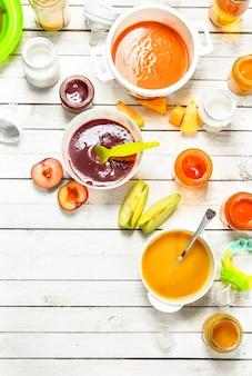 新鮮な野菜や果物からのさまざまなベビーピューレ。