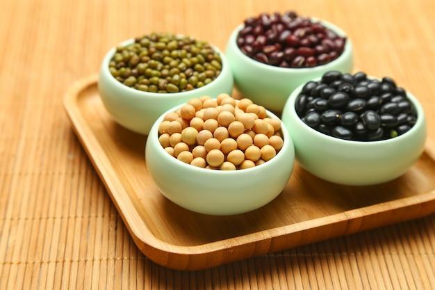 竹の上にある様々な豆