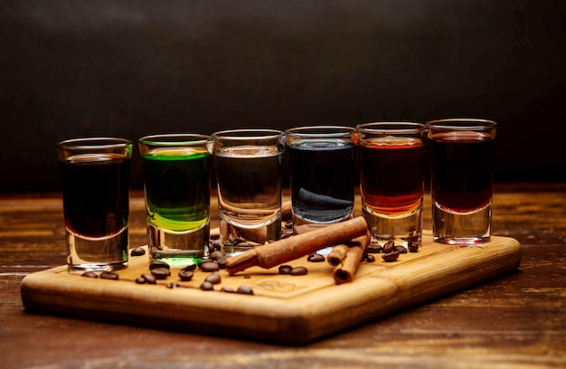 Различные выстрелы напитка на столе