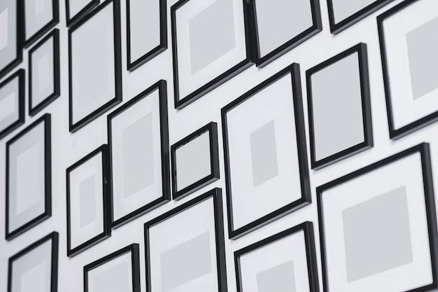 白い壁にさまざまな空白のフォトフレーム