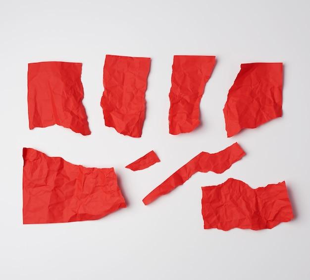 白い表面に赤い紙の様々な空白部分