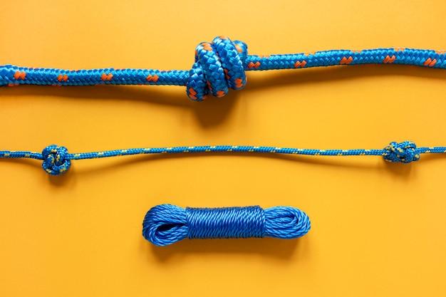 さまざまな青いセーラーロープの結び目