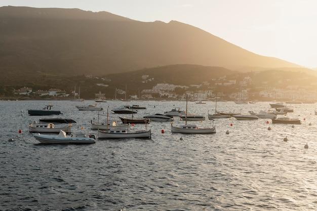 Varie barche che viaggiano sull'oceano