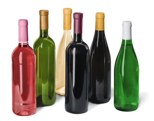 흰색 배경에 격리된 다양한 와인 병