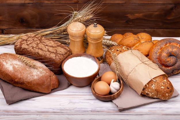 さまざまなロールパン。健康的なパンの品揃え。ベーカリー製品。