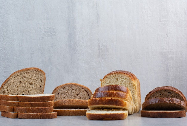 대리석 바탕에 다양 한 빵 조각입니다. 고품질 사진