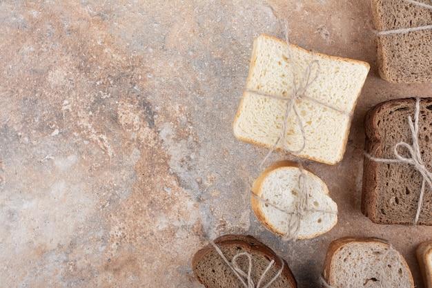 대리석 배경에 다양한 빵 스택