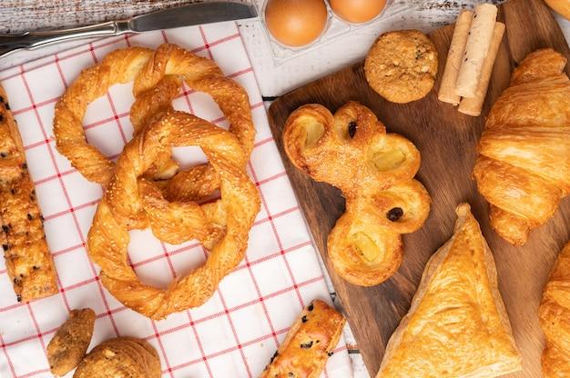 Различные виды хлеба на красно-белой ткани. вид сверху.