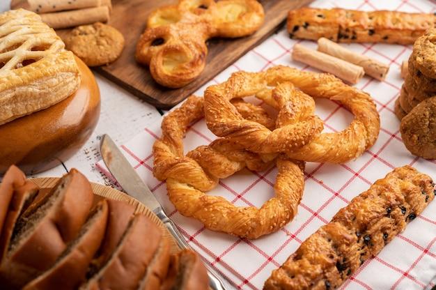 Различные виды хлеба на красно-белой ткани.