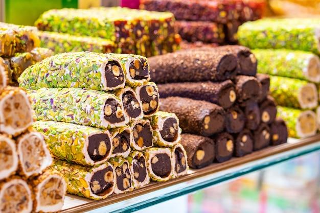 さまざまな明るい色のトルコ菓子のスイーツバクラヴァローカム