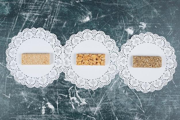 Различные хрупкие конфеты на мраморном фоне. фото высокого качества