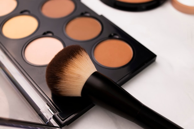 Various brown tones for the face, a highlighter for the face, a palette of contours and blush