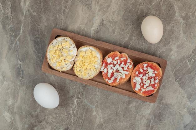 卵と木の板の様々なブルスケッタ。高品質の写真