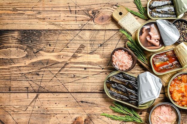 금속 캔에 담긴 다양한 생선 및 해산물 통조림.
