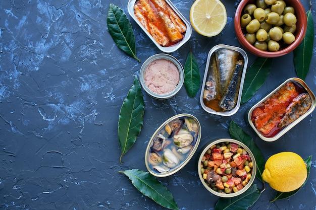 다양한 통조림 야채와 생선 통조림. 질감 된 돌 배경에