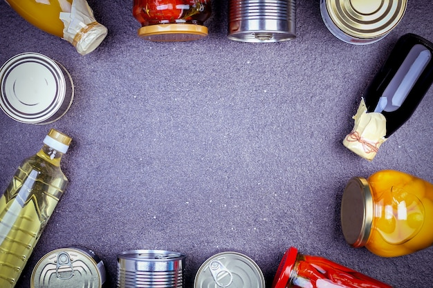 缶詰のガラス、野菜、肉、魚、果物の缶詰。