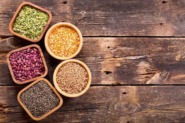 木製のテーブルにさまざまなシリアル、種子、豆、穀物