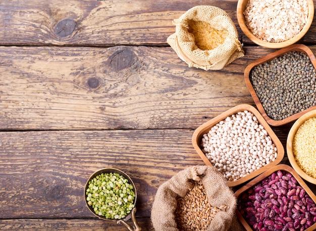 나무 테이블에 다양한 곡물, 씨앗, 콩 및 곡물