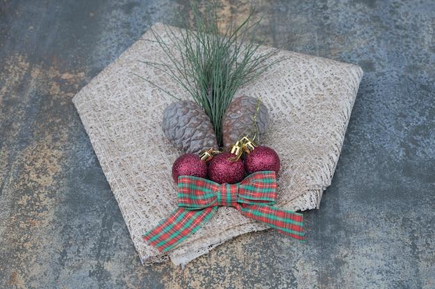 大理石のテーブルにさまざまなクリスマスの飾りと黄麻布。高品質の写真