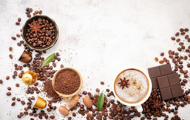 복사 공간 흰색 콘크리트 배경에 다양 한 커피 설치.