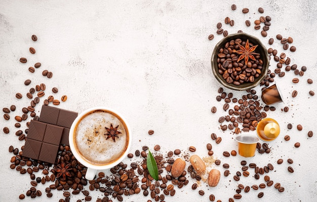 흰색 콘크리트에 다양한 커피 설정