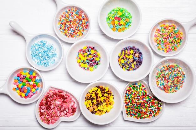 白いお椀に色々な色が散りばめられています