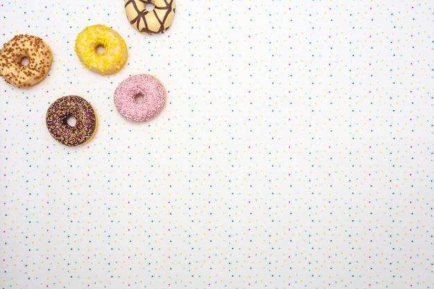 Различные цветные вкусные пончики с праздничной звезды фона концепция торжества. вид сверху