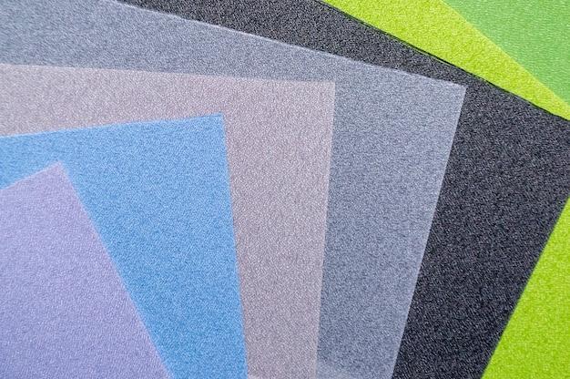 다양한 색상의 직물 샘플. 산업 배경. 선택적 초점