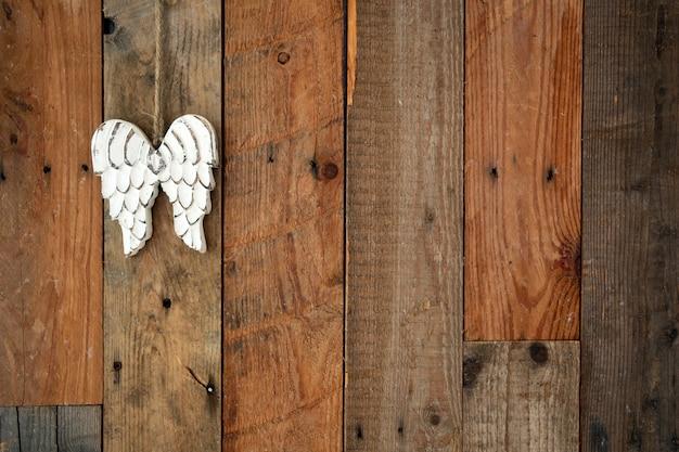 様々な色の木製パレットレトロなデザインの背景テクスチャ。ぶら下がっている翼を持つモダンなスタイルのインテリア