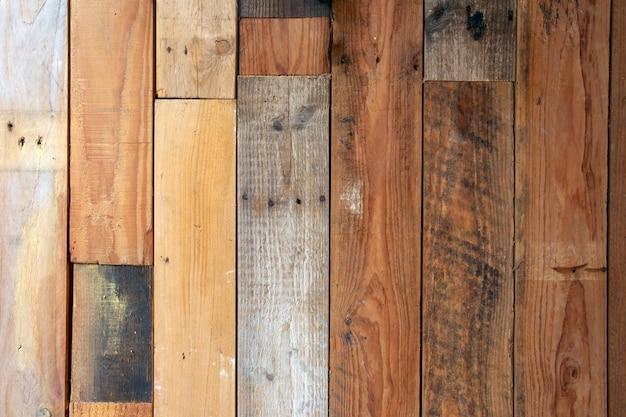様々な色の木製パレットレトロなデザインの背景テクスチャ。モダンなスタイルのインテリア