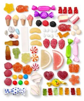 흰색 배경에 고립 된 다양 한 다채로운 사탕, 평면 누워