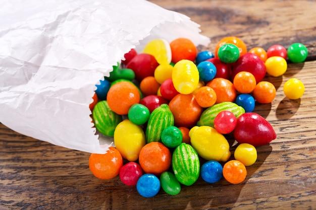 나무 테이블에 다양 한 화려한 사탕