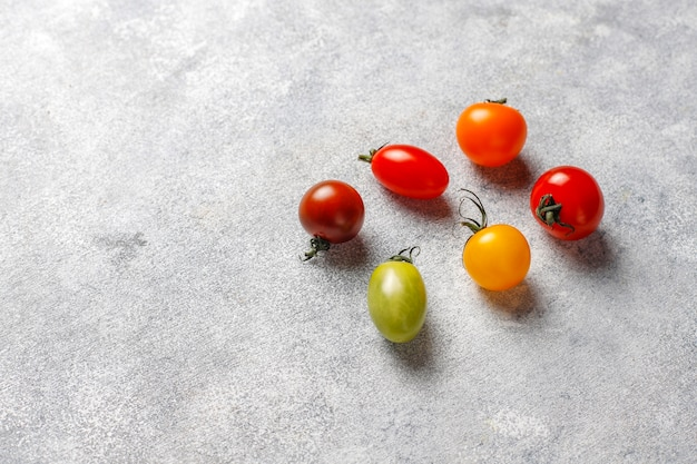 Vari pomodorini colorati.