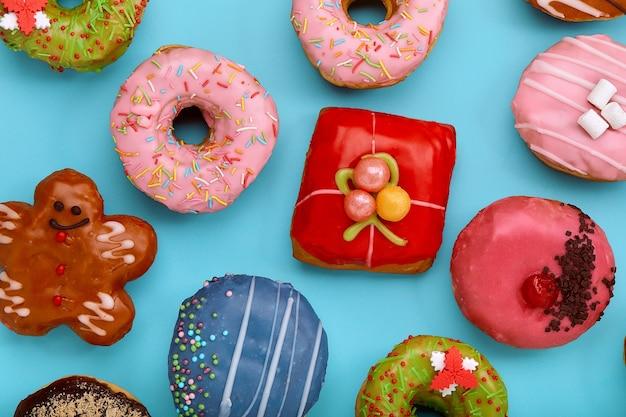 파란색 표면에 다양 한 다채로운 도넛