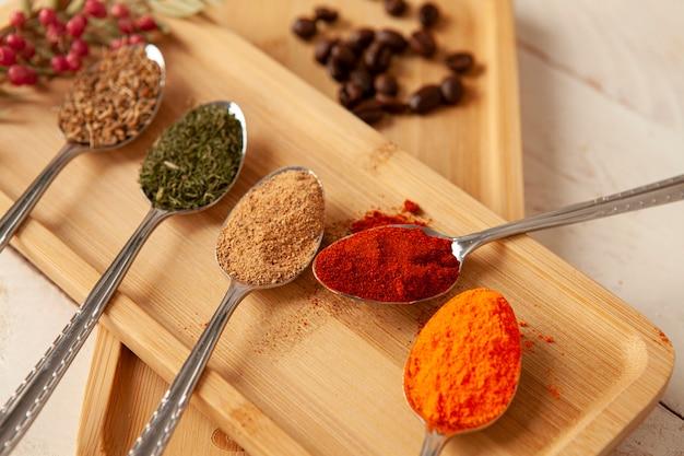 料理用の様々なカラフルなハーブやスパイス