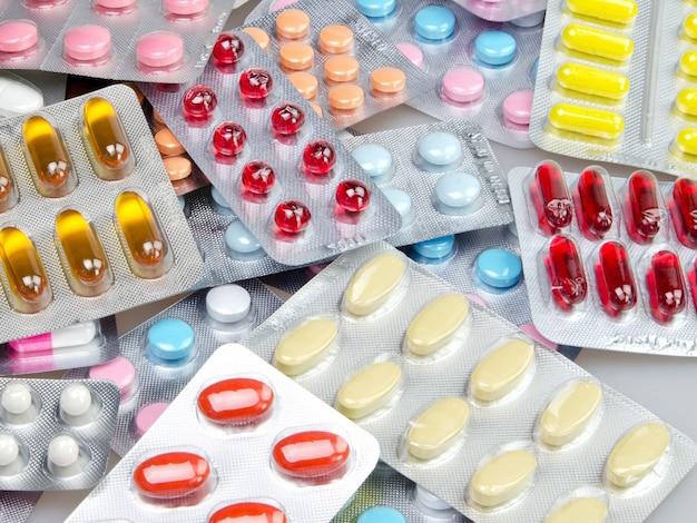 パッケージ内のさまざまなカラフルな錠剤-クローズアップ