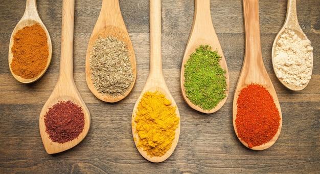 나무 테이블에 다양한 다채로운 향신료