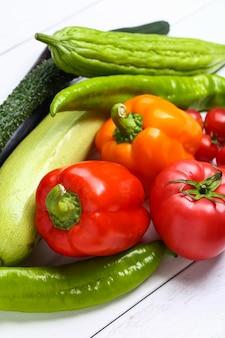 Различные красочные овощи на белом деревянный стол