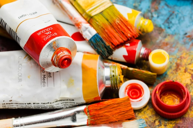 さまざまな色とサイズの塗料