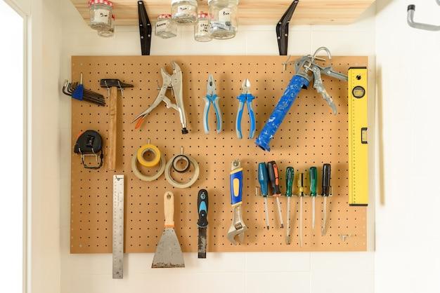 벽에 걸려있는 다양한 건설 도구. 고품질 사진.