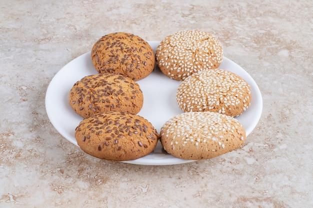 プレート、大理石のテーブルにさまざまなクッキー。