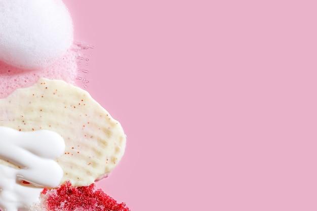 분홍색 배경에 다양한 화장품 마스크, 크림, 혈청, 스크럽, 로션 얼룩이 있습니다. 아름다움 질감입니다. 화장품 샘플입니다.