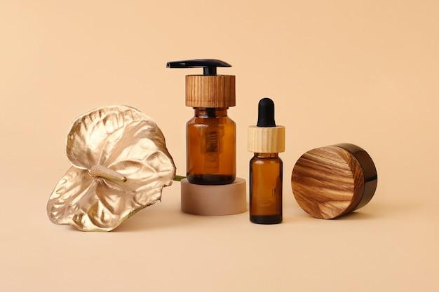 Различные косметические контейнеры с деревянными крышками, нейтральный бежевый фон
