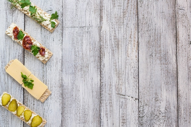 白いwodenキッチンテーブルのさまざまなクリスプブレッドスライス、上面図